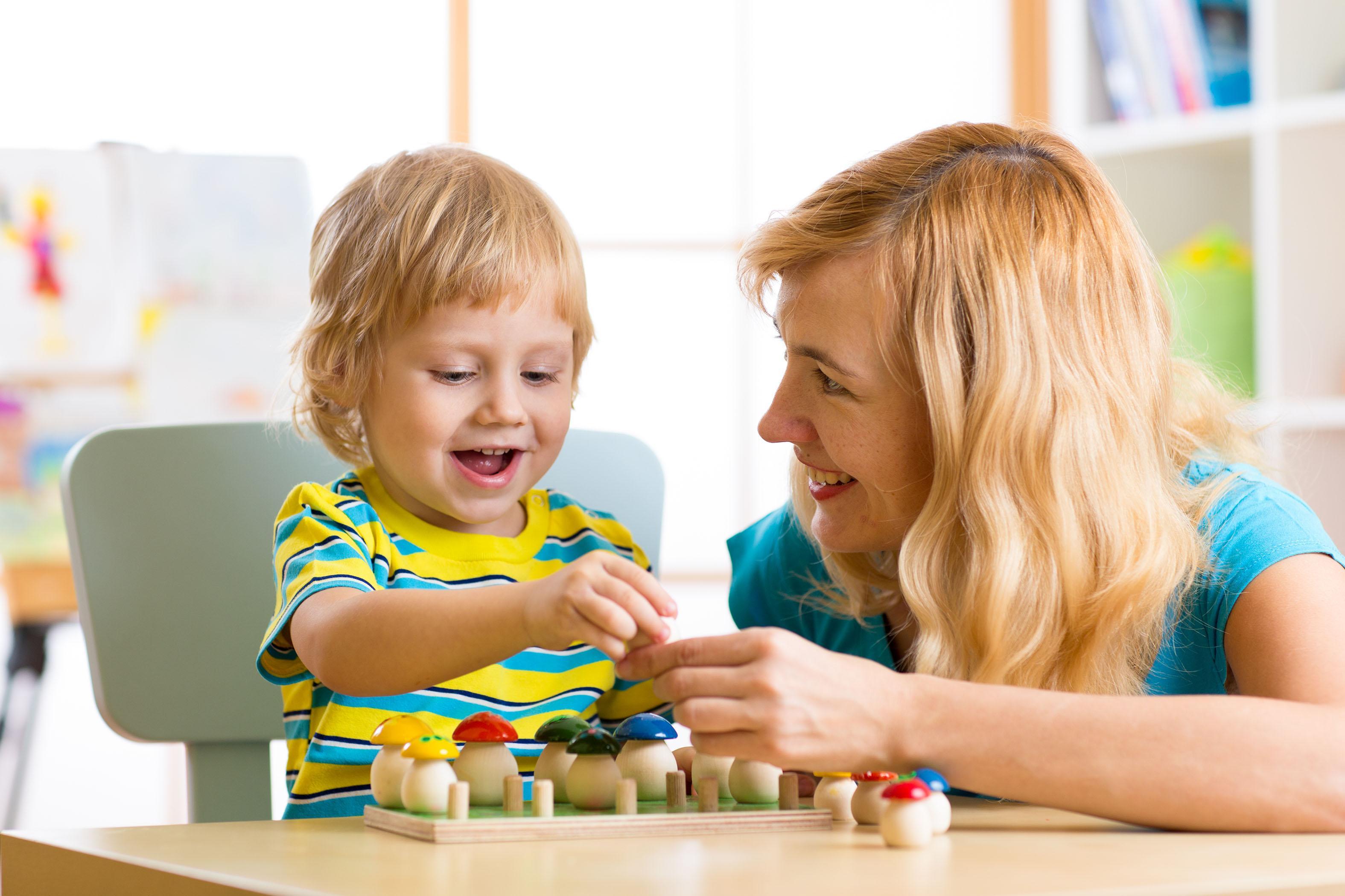 Hvordan man sørger for at babysitterens første dag går godt