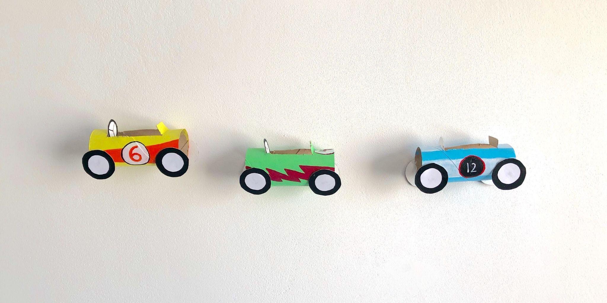 Coches de carreras hechos con rollos de papel higiénico