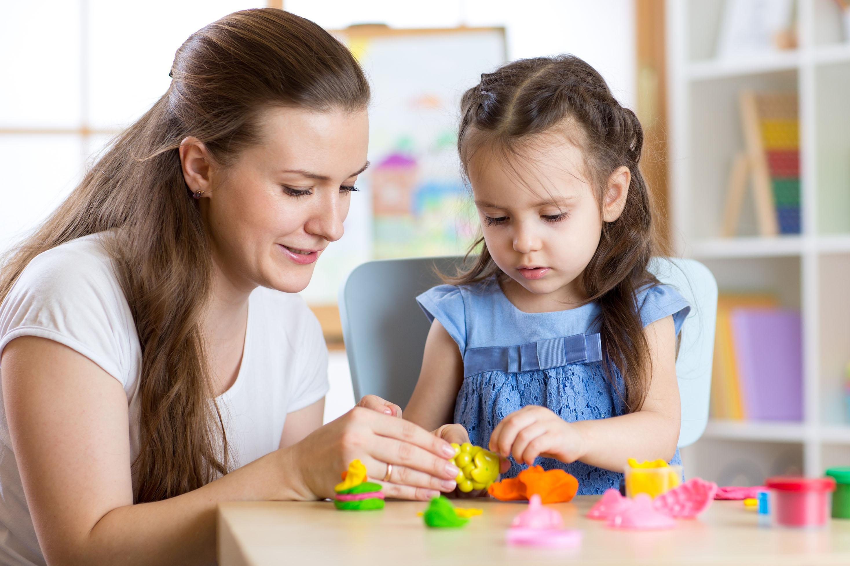 Kuinka saada lastenhoitajan ensimmäinen päivä menemään mahdollisimman hyvin