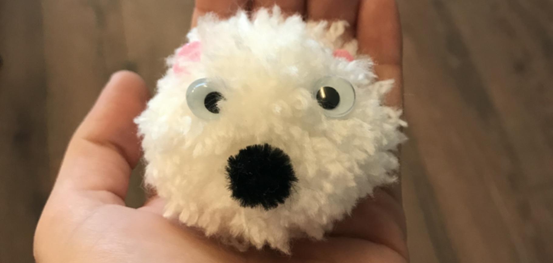 Faz um pom pom em forma de urso polar