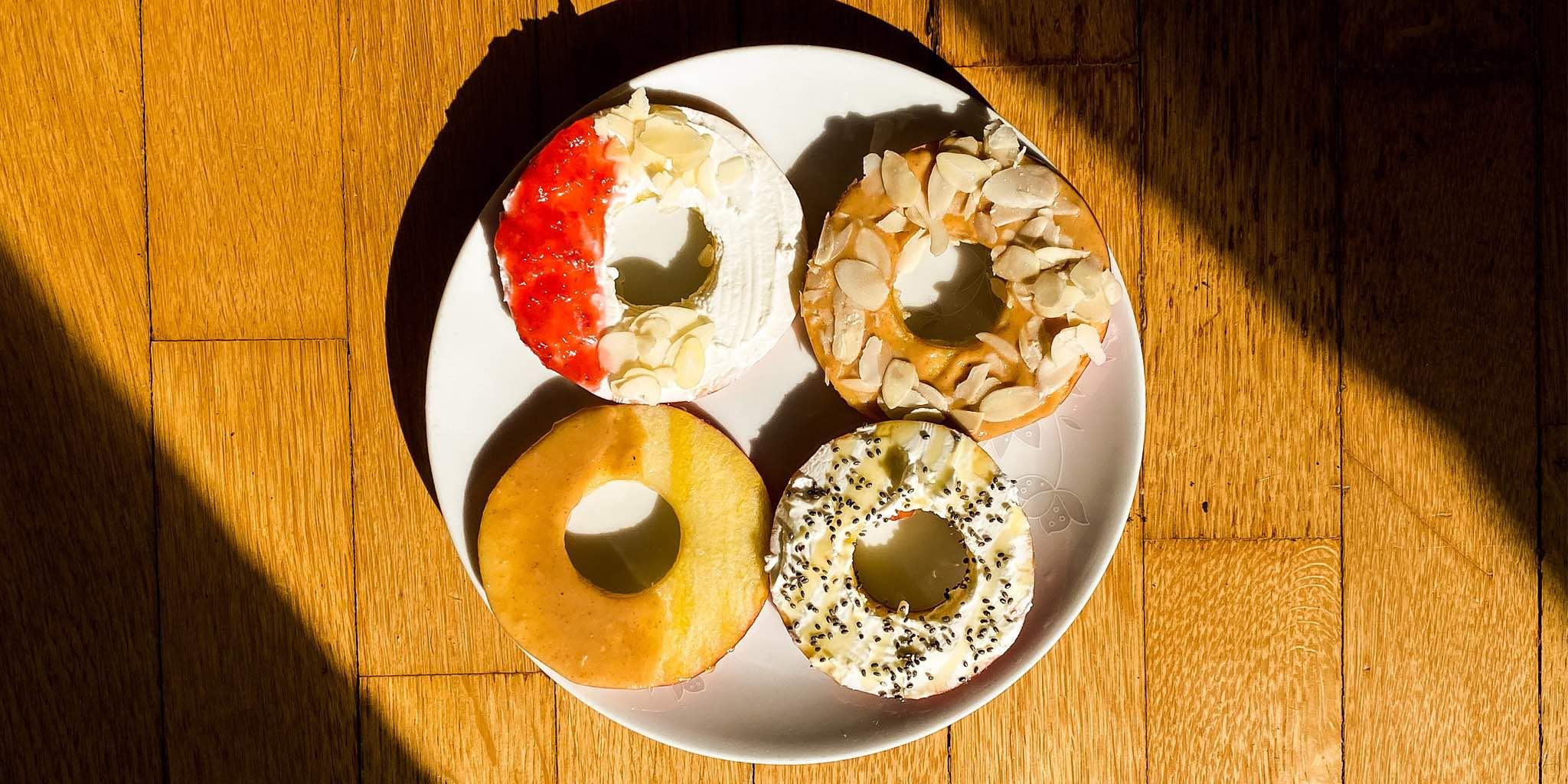 """Äppel-""""munkar"""" - doughnuts gjorda på äpplen"""